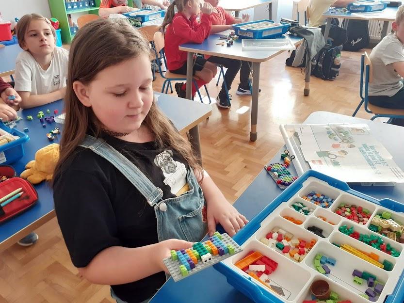 Uczniowe budują z klocków Lego
