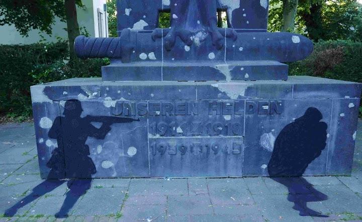 Kriegerdenkmal mit Schatten: Soldat und Opfer.