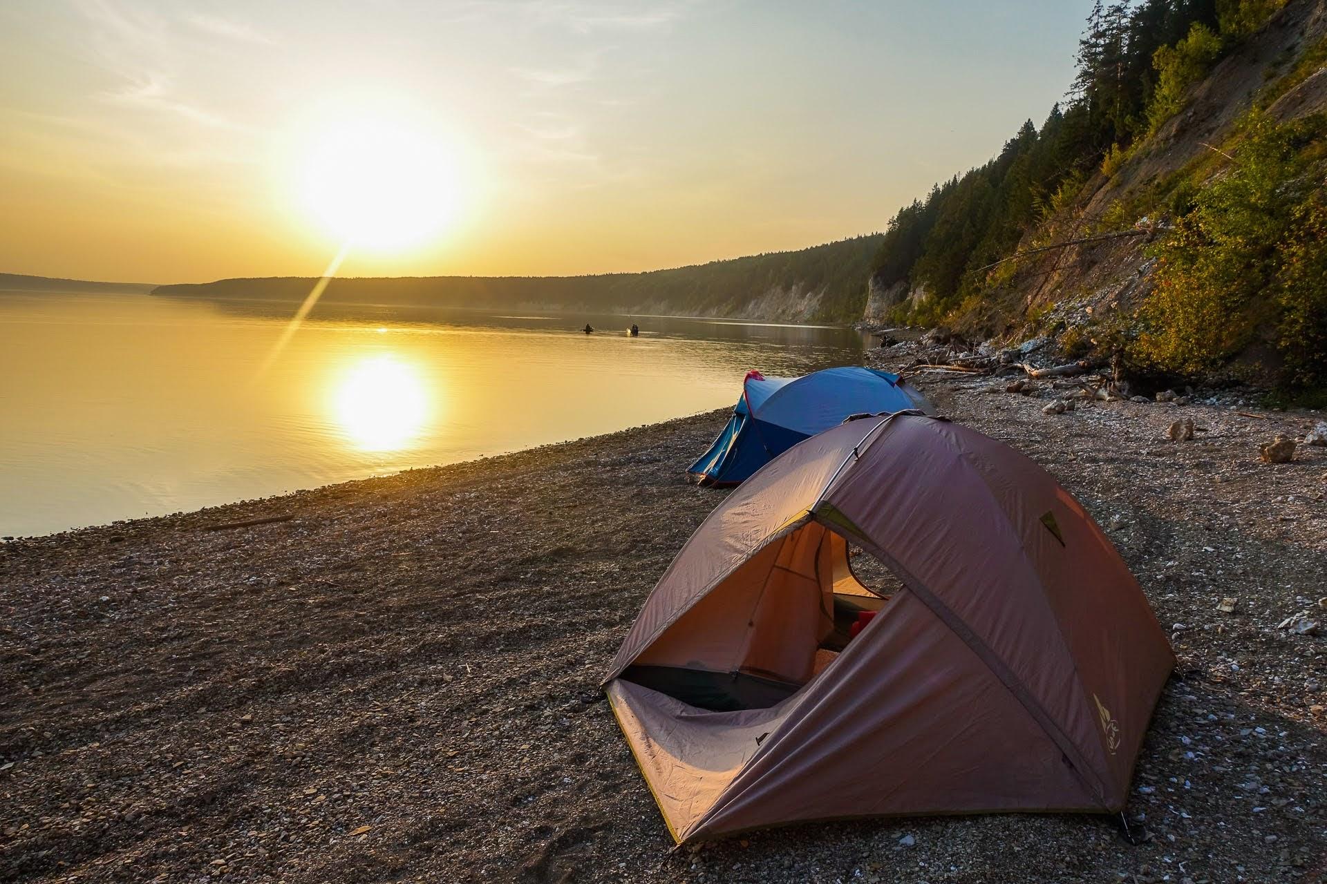 Палатки можно поставить прямо у воды.