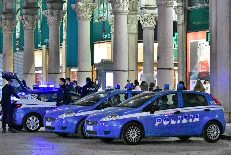 Polizia presidia piazza Duomo, Milano di francesca_campo