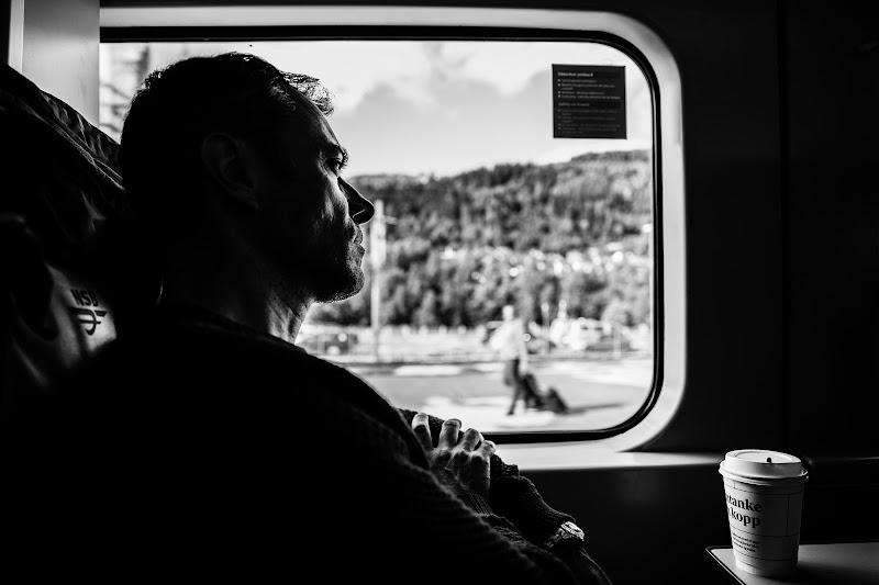 In viaggio, guardando fuori dal finestrino di Tindara