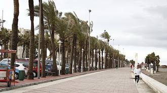 Imagen de archivo del paseo marítimo de la capital un día de viento.