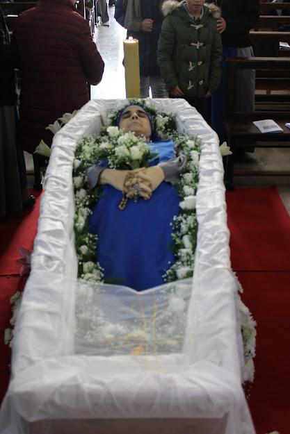 Procesión en el cementerio de Pontinia
