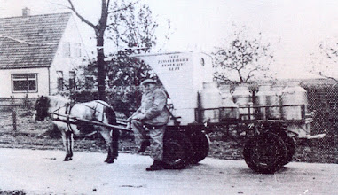 Photo: Geert Wilberts met zijn zoepenbrijkar. Wilberts was de eerste melkventer met een paard in Eext. Daarnaast was hij ook nog kleermaker, ober, koster en kapper. Deze foto is gemaakt aan de Naweg waar Hendrik Staats woonde.