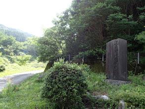 開発の碑(ここで左へ)