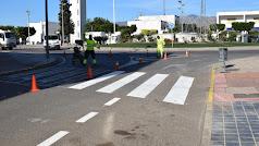 Trabajadores municipales llevando a cabo la señalización de las calles.