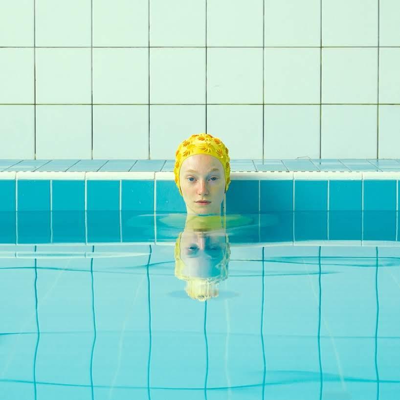 Cuerpos reflejados en piscinas, un baño estético con Maria Svarbova