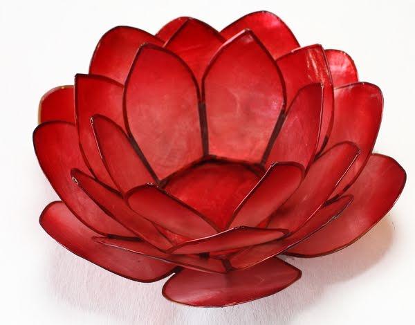 Ljuslykta, röd lotusblomma