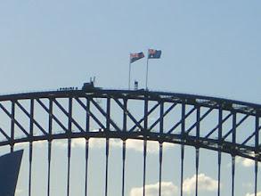 Photo: Kletterer auf der Brücke