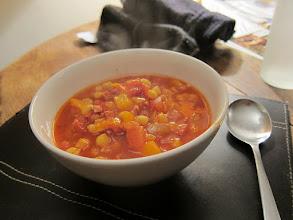Zdjęcie: Tomato, chorizo and chickpea soup - Zupa z pomidorów, chorizo (ostra kiełbasa) i ciecierzycy(fot. HannahWebb - flickr)