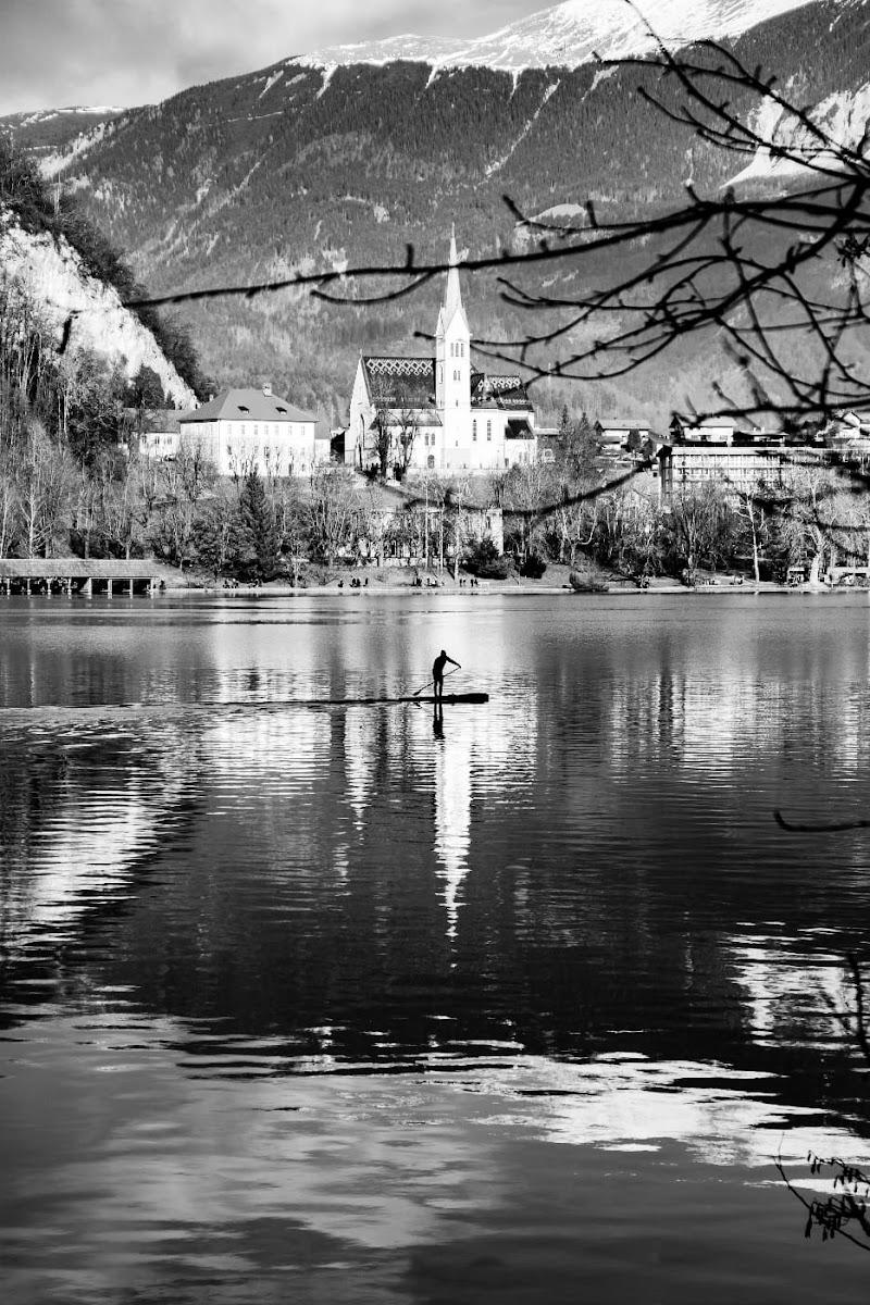 Bled , il cui cuore è il lago racchiuso fra le montagne slovene di Claudia84