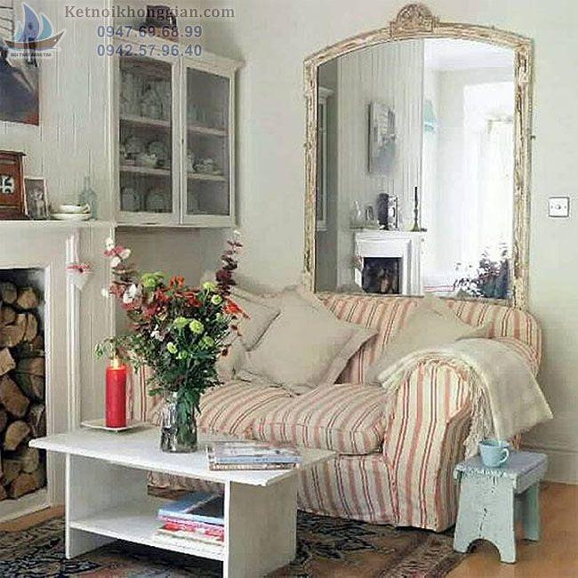thiết kế phòng khách với gương treo tường