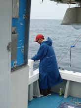 """Photo: 掛かったけど、バレた""""ササノさん"""" 「ロッドを軽く支えるだけで持ってたときにヒットしたから、ロッドが海に落ちそうになって慌てておさえて・・・魚バレて。」 ついてねー!"""