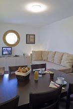 Photo: Coin salon et repas d'un appartement de la résidence