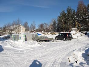 Photo: Tytär Arja rakentaa tien toiselle puolelle hirsitaloa 25.2.2010. Huom! pakkasta yli 20 astetta ja pohjatyöt täydessä käynnissä - nykysysteemeillä se onnistuu.. Kuten huomasit, minäkin olen kuvassa ;)