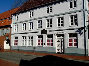 Photo: Mehrfarbige Fassadengestaltung des Geburtshauses vonDr. Friedrich von Esmarch, Begründer der Ersten Hilfe. Das Unter Denkmalschutz stehende wurde im seiner Farbigkeit der Bauzeit um 1800 angelegt.