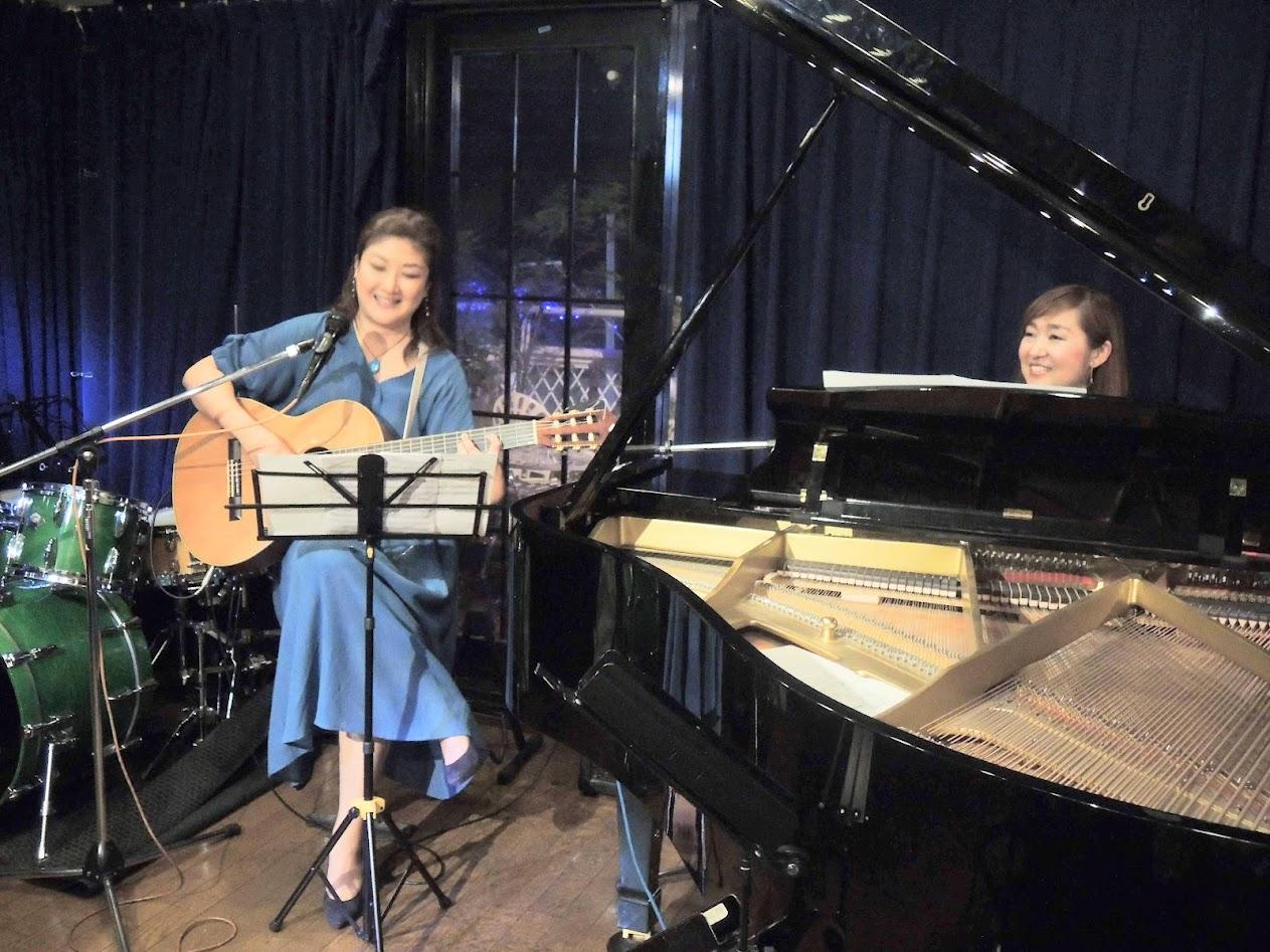 Kaoru Azuma on piano and Kazue Taniyama on guitar sing