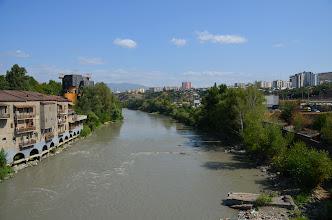 Photo: Tbilisi, rzeka Kura. Po wizycie w stolicy przesiadamy się i ruszamy w kierunku Kazbegi.