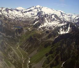 Photo: Au sud de Superbarèges, vallon dets Coubous dominé par son lac de barrage. Sur l'horizon, les versants nord du massif du Néouvielle.