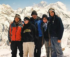 Photo: Auf dem Gipfel des Gokyo Ri (5483 m hoch) mit unseren schweizer Freunden