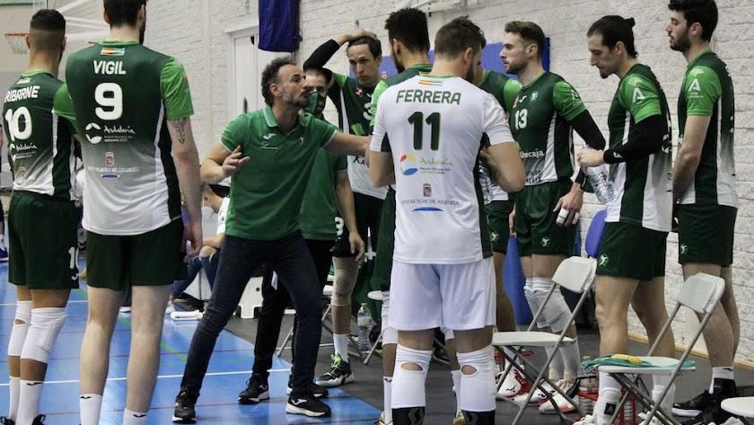 Manolo Berenguel hablando con su equipo en el Moisés Ruiz.