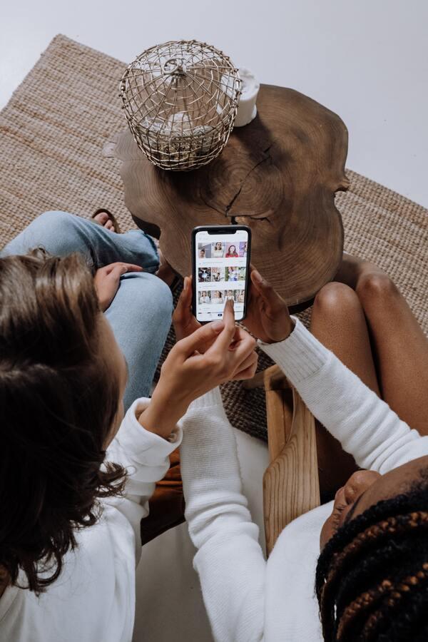 Duas amigas usando o celular