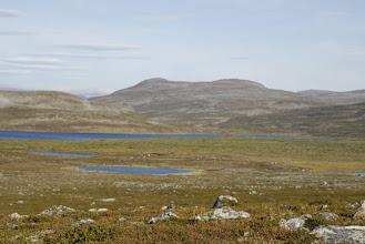 Kuva: Eteen avautuu pikkuhiljaa mukavaa tunturilaaksoa Norjanpuolella