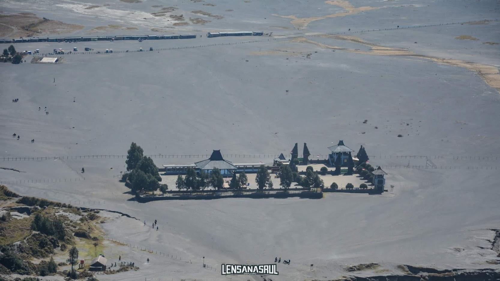 Pura Luhur Poten di foto dari puncak kawah bromo