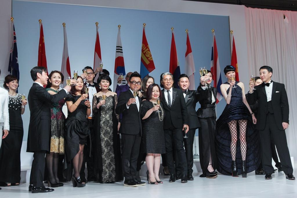 Bà Lê Trang đến chúc mừng NTK Công Trí ra mắt BST mới tại New York