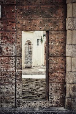 Si chiude una porta, si apre un portone. di Sonia M.