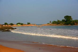 Photo: l'arrivée de l'Ekwatoria (en tout petit au fond !) dans la baie d'Ezile, western region, Ghana