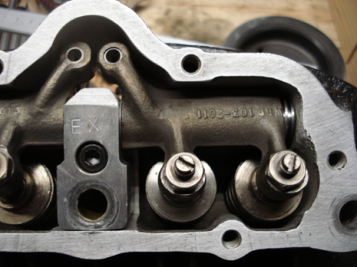 Culbuteurs d'un moteur Triumph  Rickmann monté par machines et Moteurs dans un cadre Norton