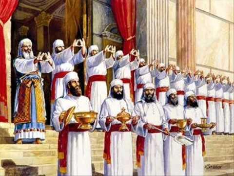 http://www.editoriallapaz.org/images-default-folder/vestimentas-sacerdotes-500.jpg