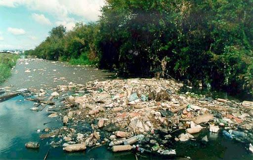 Resultado de imagem para lixo dentro do rio