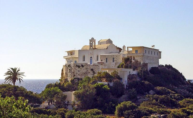 Высоко над морем расположился женский монастырь Хрисоскалитисса