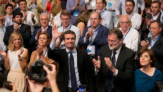 Aplausos para Pablo Casado al ganar el congreso. Foto: TAREK