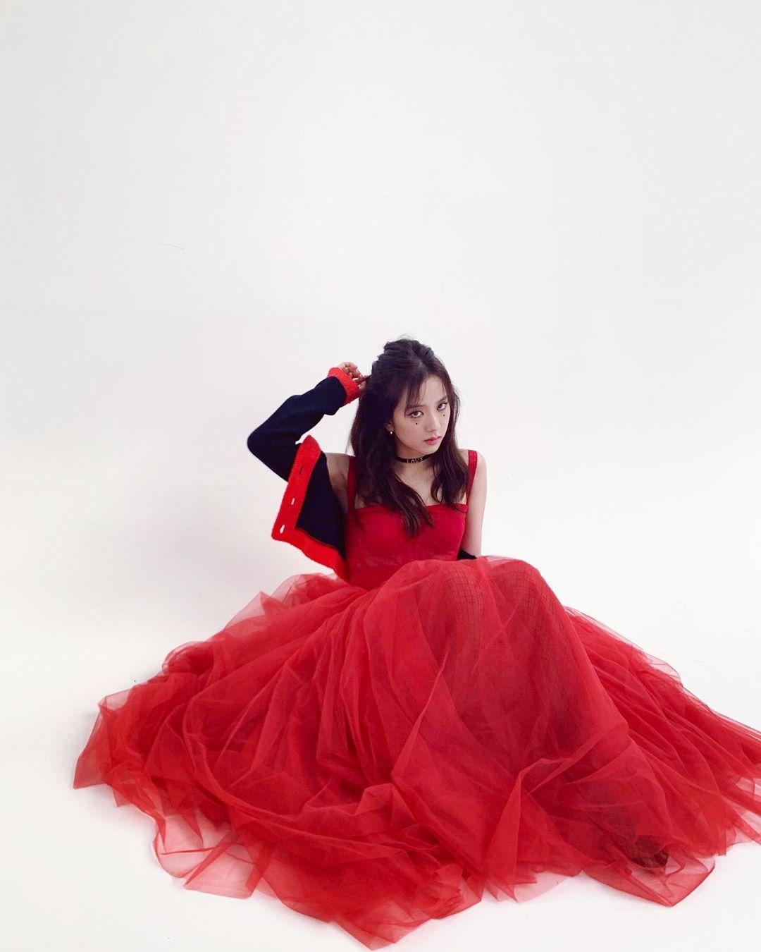 jisoo red dress1