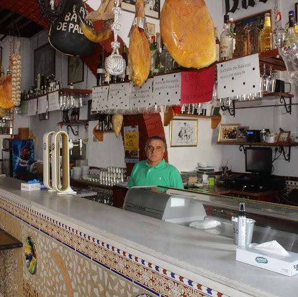 Ramón Belmonte Espinosa, en su bar Bahía de Palma. Sirven a domicilio sus tradicionales especialidades y comidas típicas.