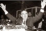 Photo: Ανδρέας Γ. Παπανδρέου (Ερπετάνθρωπος, Κρόνιος-Nephilim, 1919 -1996, Έλληνας Εβραίος  πολιτικός, πρόεδρος και ιδρυτής του ΠΑΚ και αργότερα του ΠΑ.ΣΟ.Κ. Διετέλεσε πρωθυπουργός τις περιόδους 1981-1989 και 1993-1996. Ήταν σύσταση του Αμερικανού Εβραίου τραπεζίτη Ροκφέλερ προκειμένου να μειωθεί η ευημερία που είχαν δημιουργήσει οι Συνταγματάρχες την περίοδο 1967-1973 στην Ελλάδα). Δείτε επίσης: http://www.dionisos12.com/mysteria/kronia-gene/erpetanthropoi
