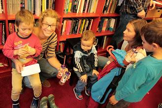 Photo: Sladkanje med knjigami.
