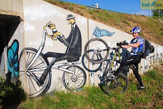 Photo: Стоит ли говорить как оформляют украинские эстакады и переходы? В Каталонии все иначе. Этот необычный велосипедист ждет путешественников на второстепенной велодорожке. И его фраза, написанная на флажке «Велосипед – это жизнь» - находит отклик в душах велосипедистов.  Место съемки: Каталония (Испания) Поездка: велотур «По местам Гауди и Дали от Пиренеев к Средиземному морю» Автор: Мария Завирюхина