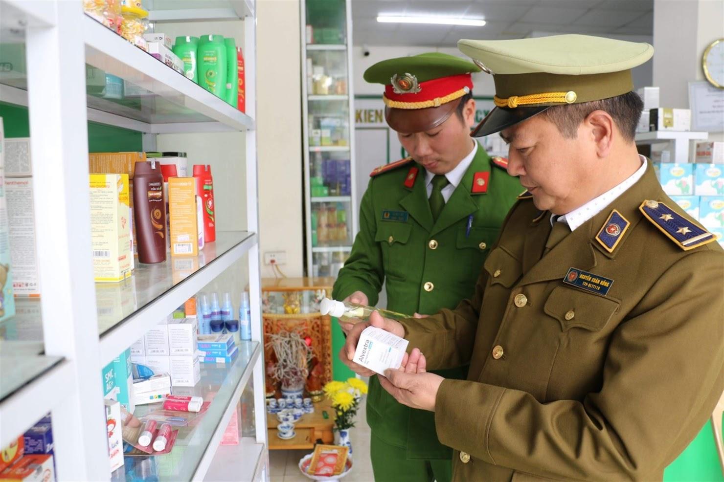 Lực lượng chức năng kiểm tra các cơ sở sản xuất, kinh doanh thuốc, vật tư y tế trên địa bàn TP Vinh