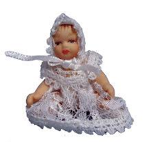 Baby i vit klänning