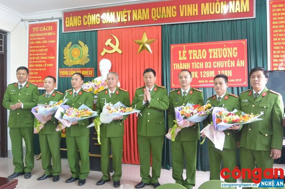 Đồng chí Đại tá Nguyễn Mạnh Hùng, Phó Giám đốc Công an tỉnh tặng hoa chúc mừng Ban chuyên án 418V