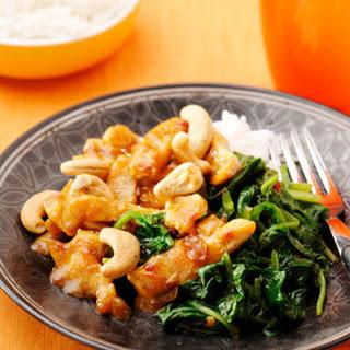 Ajam Smoor met cashewnoten en spinazie met sambal en ketjap
