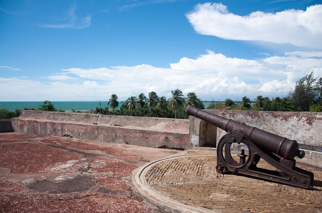 Salah satu meriam di Benteng Marlborough.