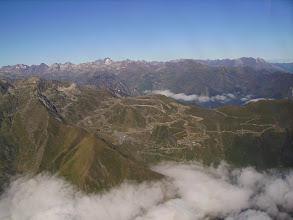 Photo: Vision aérienne générale sur le domaine de ski de la station de Luz-Ardiden. A l'horizon au centre le Balaîtous (3144m) reconnaissable par son glacier Las Néous et tout à droite le massif du Grand Gabizos