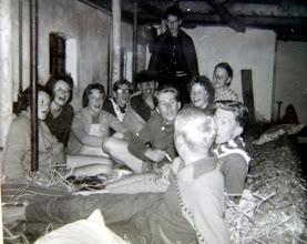 Photo: JG kamp Appelscha 1961 v.l.n.r. Hilje Schuiling, Gé Wessels, Janny Kruit, Harm Lanjouw, Hendrik Hoving, ?? , staand Harm Jan Lanjouw. rechts vooraan Lute Enting, daarachter Dineke Wessels ?, Jan Hoving en Egbert Rijnberg