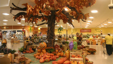 Photo: most awesome fall/Halloween display! At a Publix in Florida.