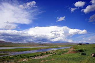 Photo: Rivière Orkhon (site classé UNESCO) - En route vers notre prochain bivouac, nous passons la rivière à gué et y faisons notre pique-nique. Notre combi avait toutefois de l'eau jusqu'au châssis, et je me demande comment on passe sur cette rivière en automne,